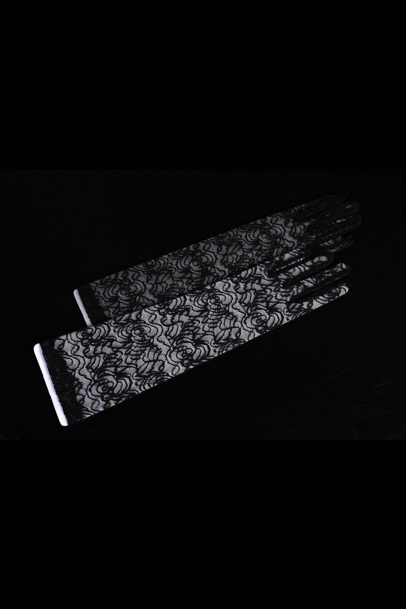 Оригинальные свадебные перчатки, выполненные из черного кружева.