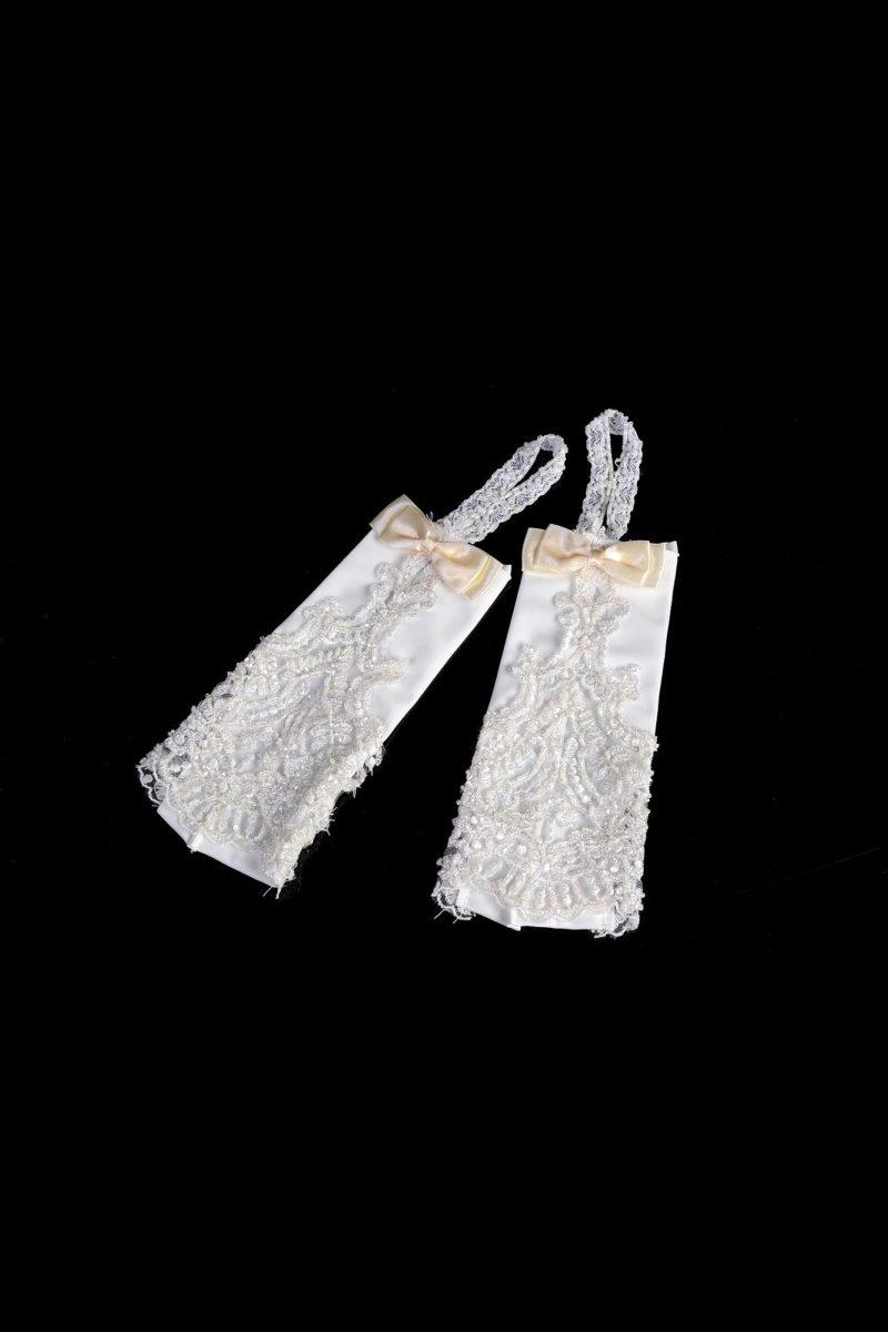 Открытые свадебные перчатки с кокетливыми бантами кремового оттенка.