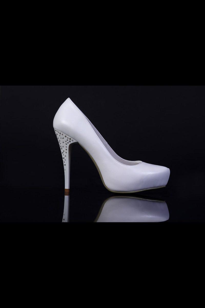 Туфли кожаные со стразами на каблуке