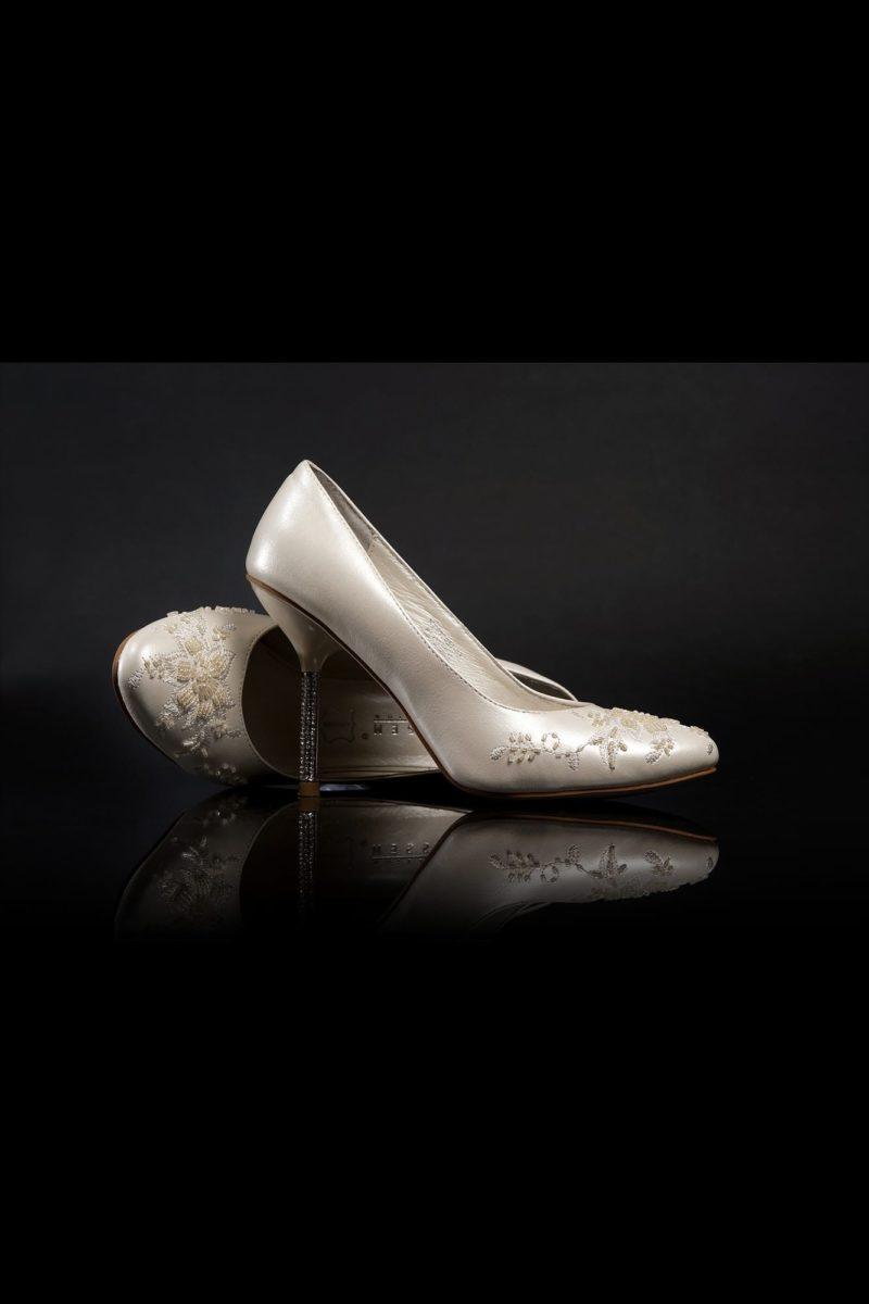 Туфли кожаные с вышивкой и стразами на каблуке