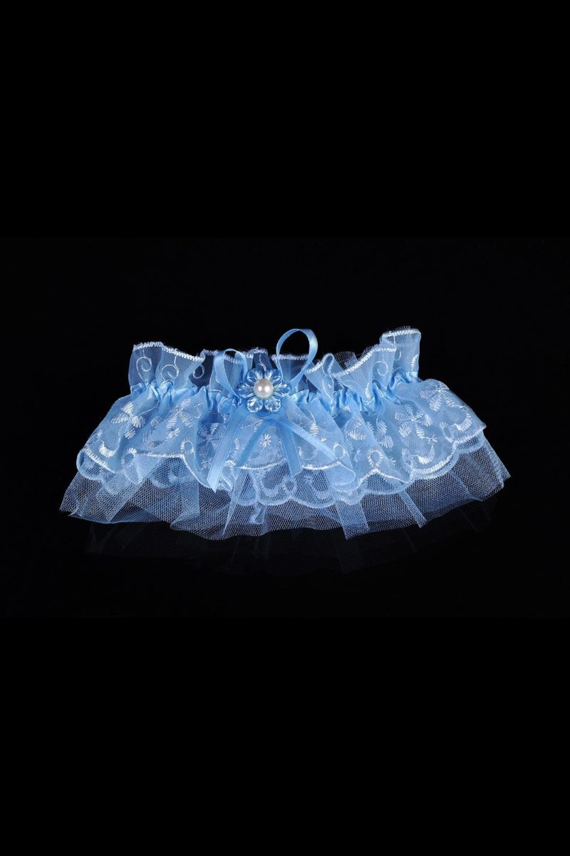 Голубая подвязка из романтичного кружева, украшенная цветком с бусиной.