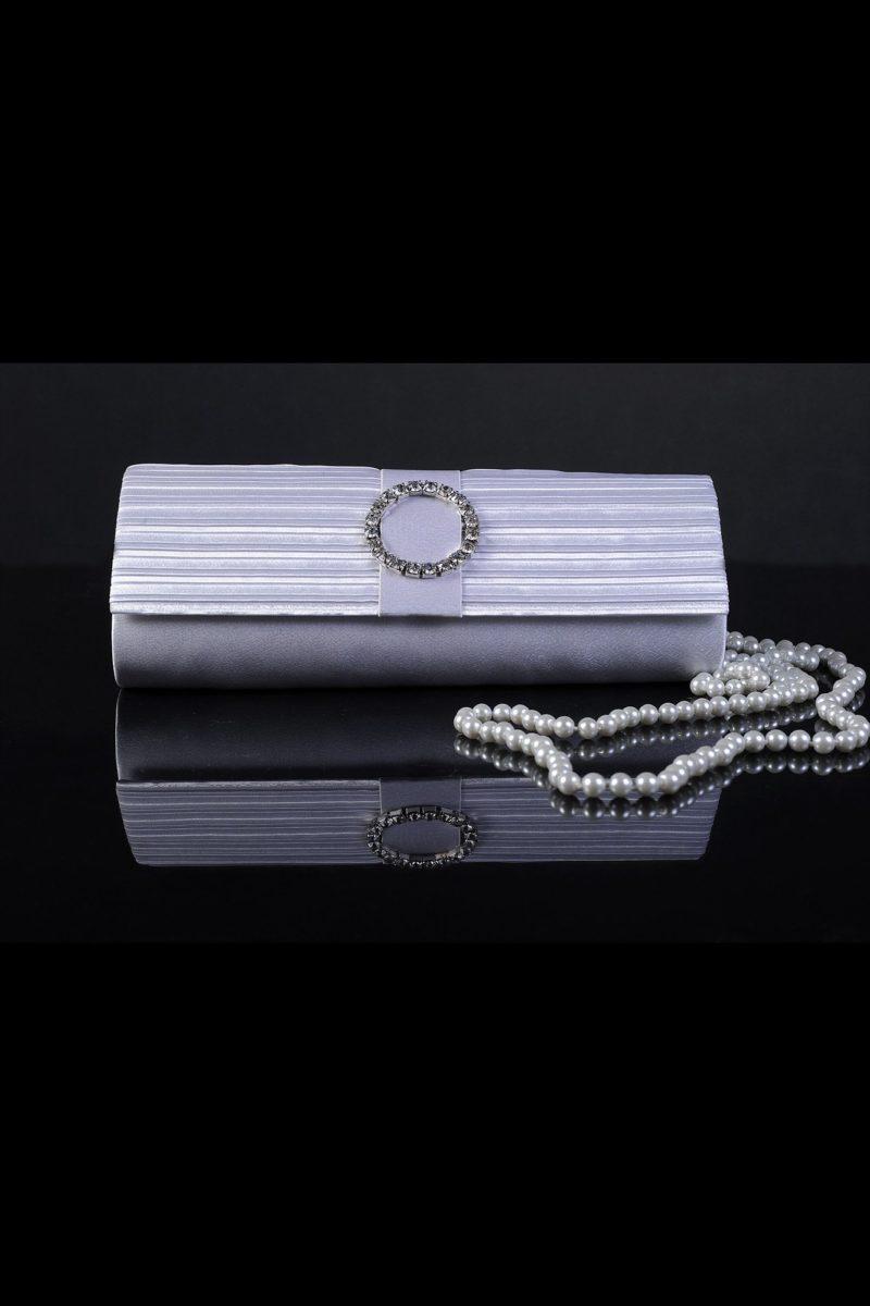 Сияющий свадебный клатч, оформленный глянцевым атласом с драпировками.
