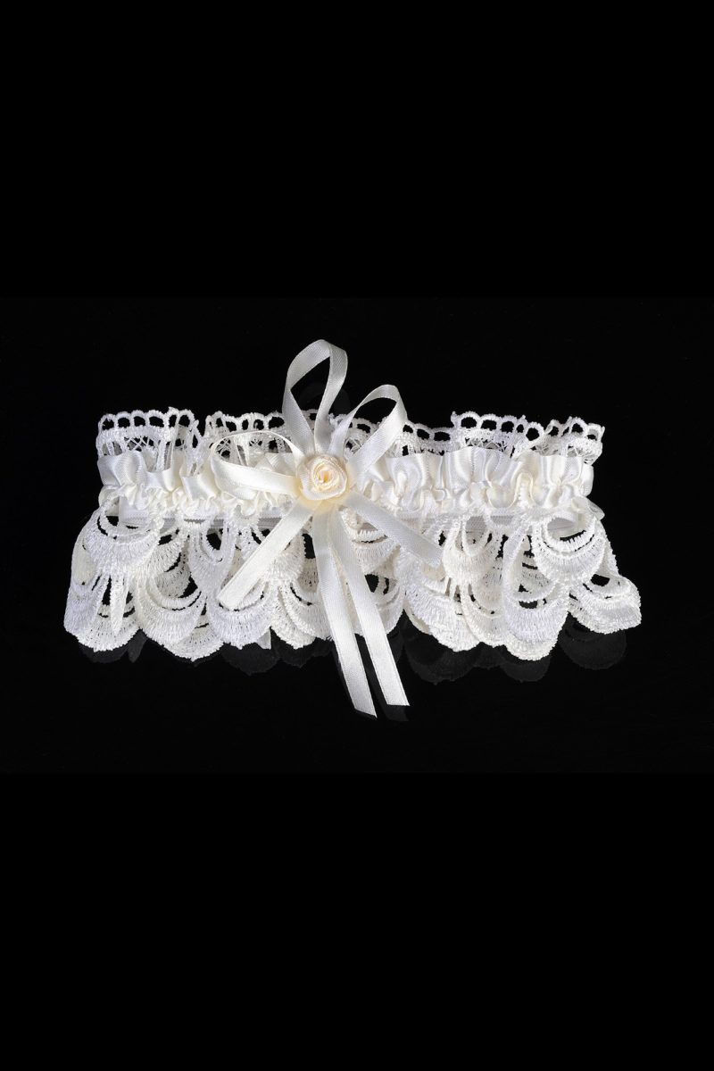 Ажурная свадебная подвязка белого цвета, украшенная атласом.