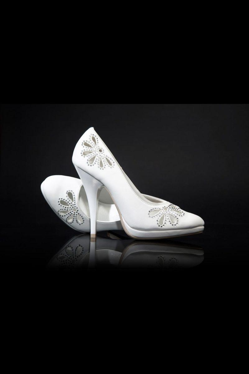 Свадебные туфли с прорезным декором, оформленным бисером