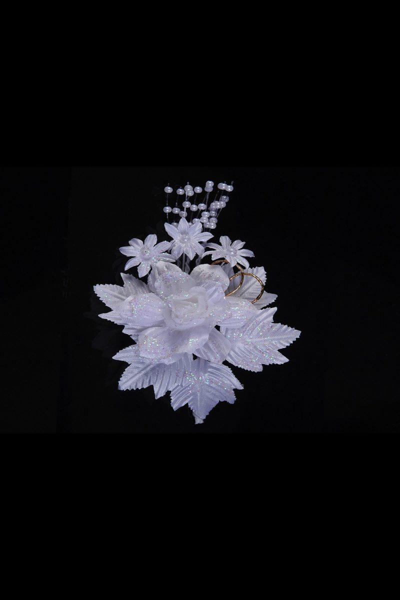 Изысканная белоснежная бутоньерка, украшенная блестками.