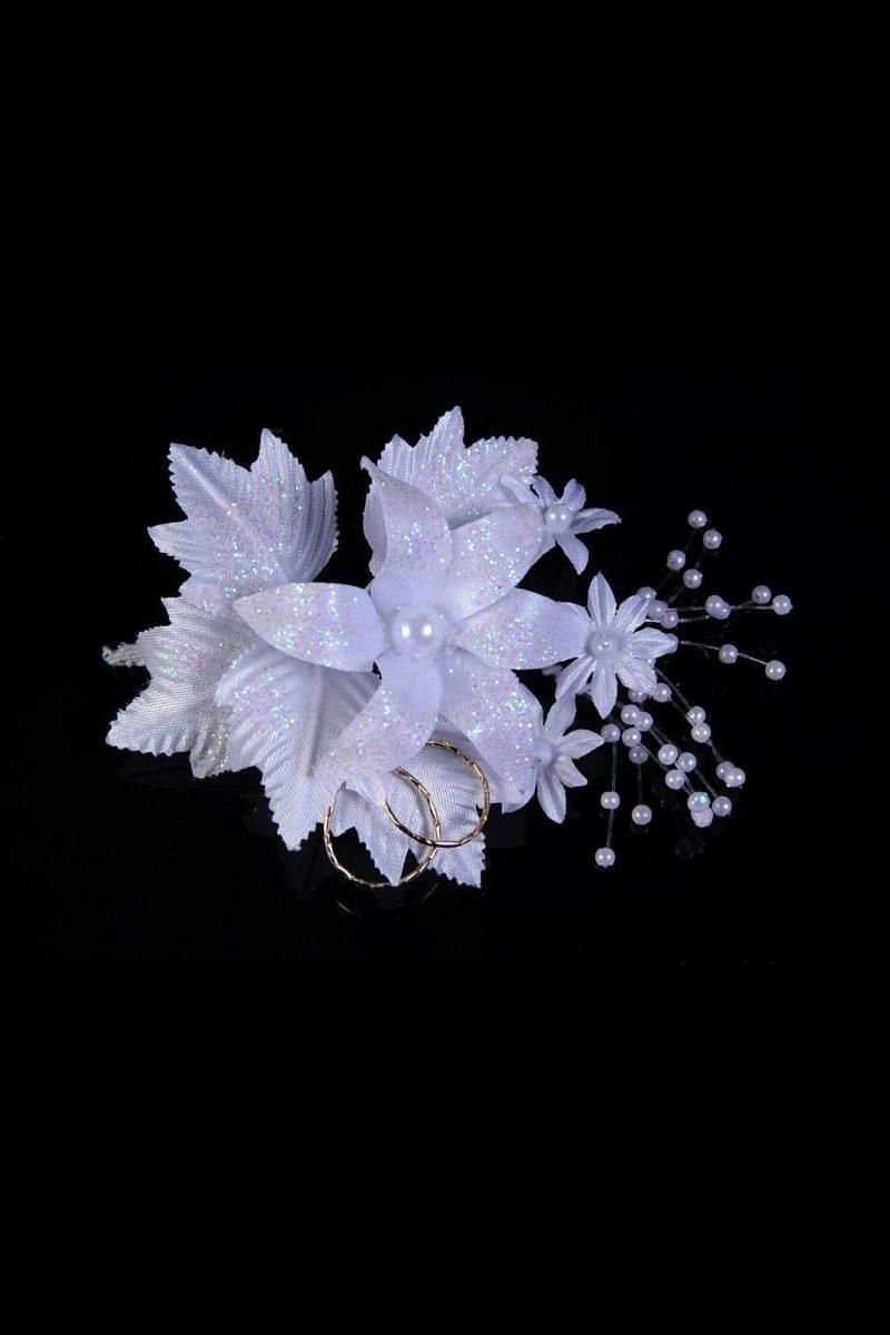 Сияющая бутоньерка белого цвета с отделкой бусинами.
