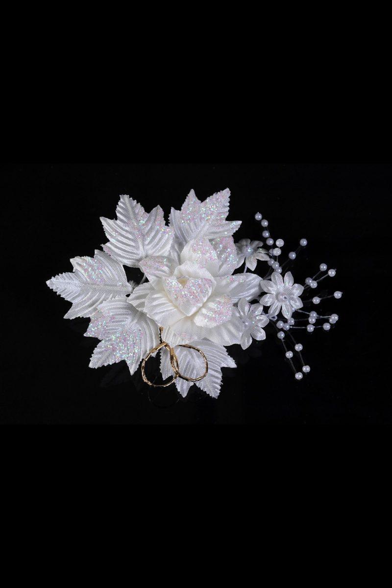 Белоснежная свадебная бутоньерка, украшенная прозрачными блестками.