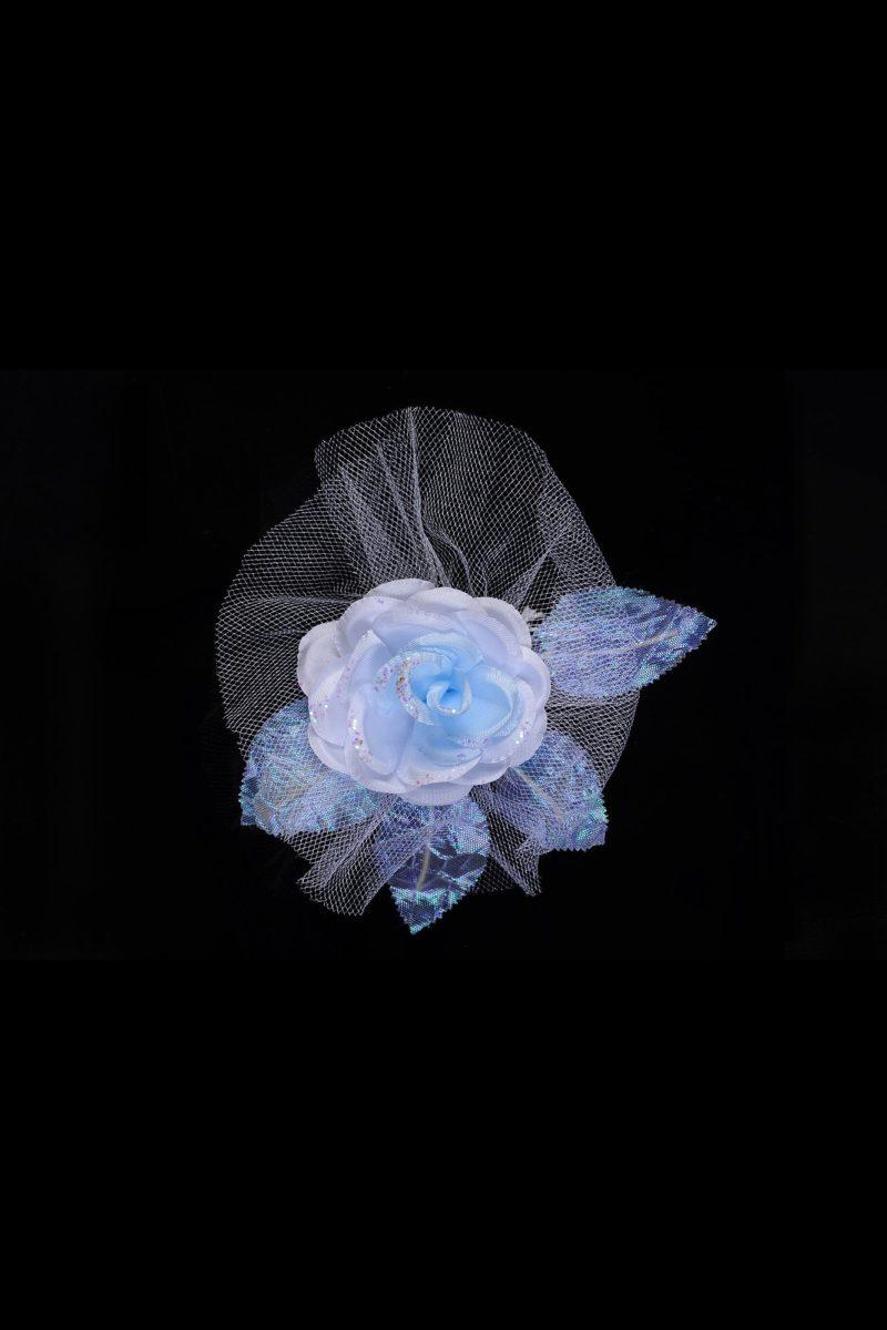 Пышная свадебная бутоньерка с крупным бутоном пастельно-голубого оттенка.