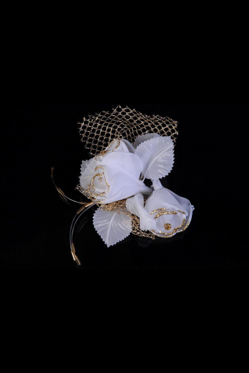 Свадебная бутоньерка с белоснежными бутонами и золотистой сеткой.