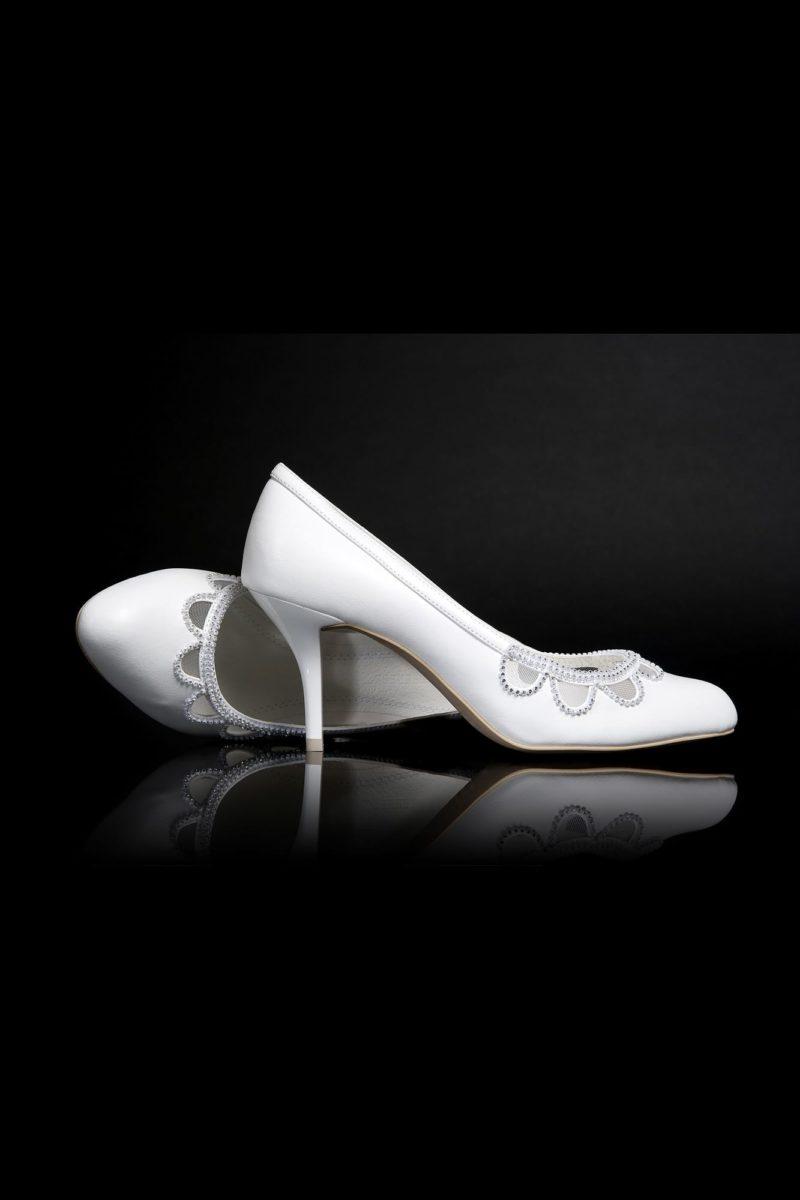 Туфли кожаные с вырезами и бисером на носке