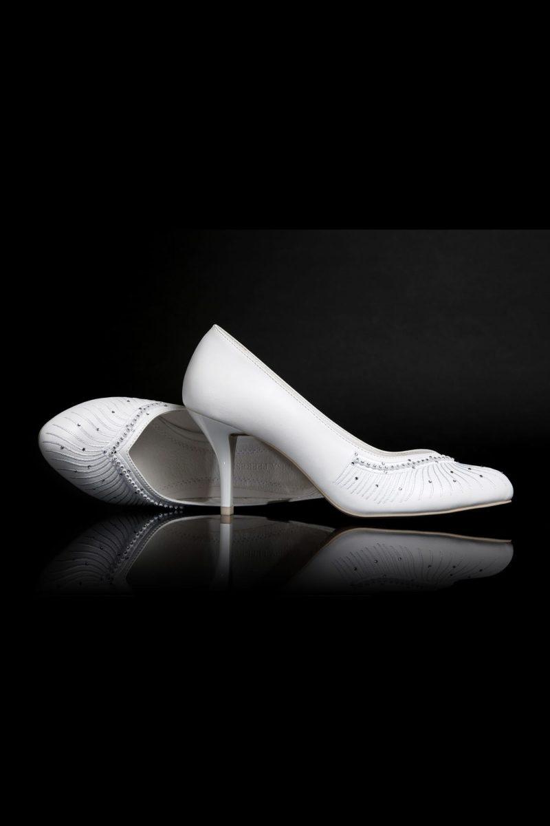 Туфли кожаные с вышитым нитью и бисером носком