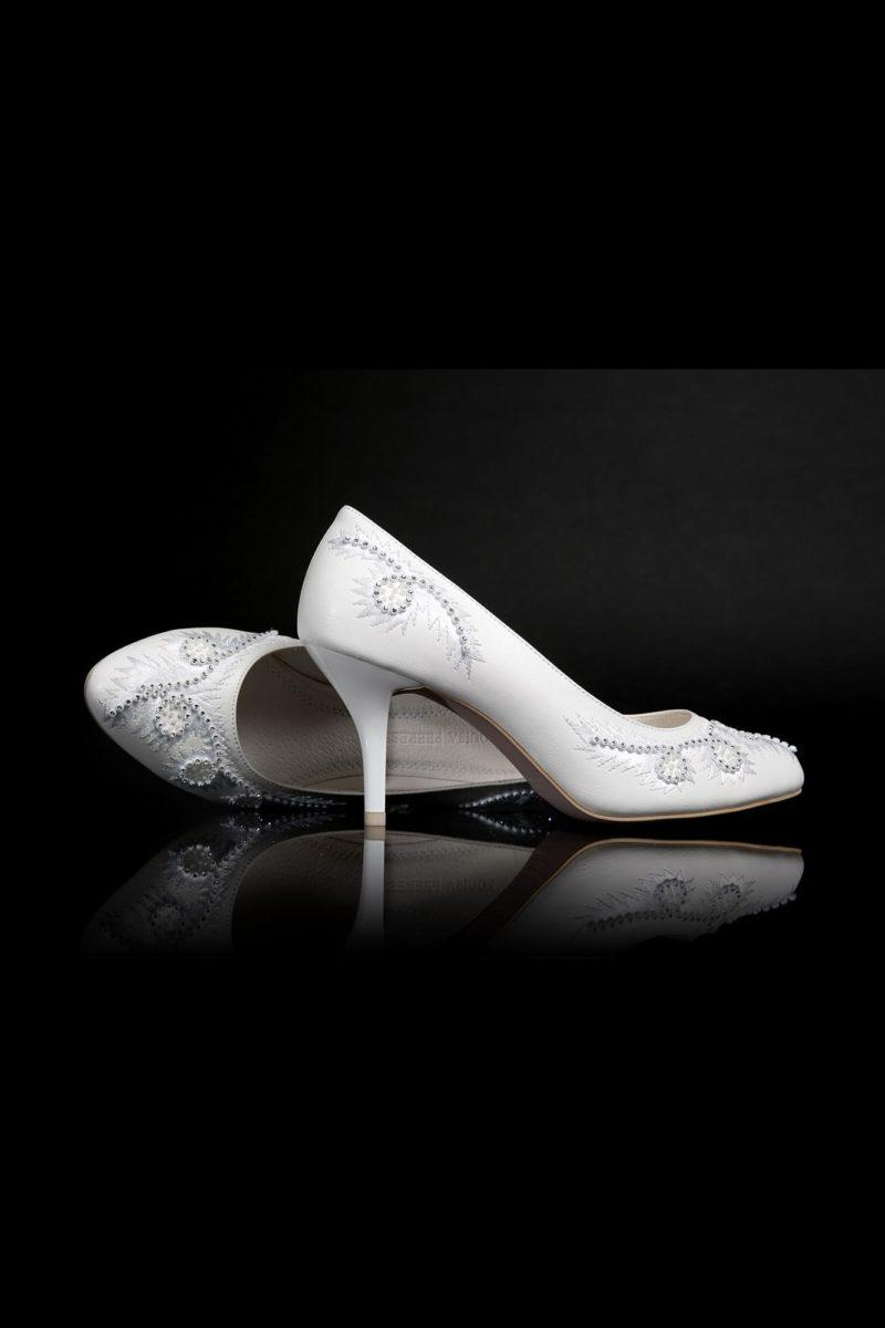 Туфли кожаные с вышивкой и бисерным декором