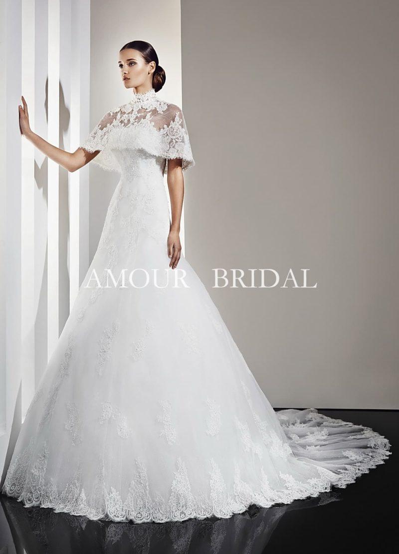 Пышное свадебное платье с открытым кружевным лифом, дополненным полупрозрачным болеро.