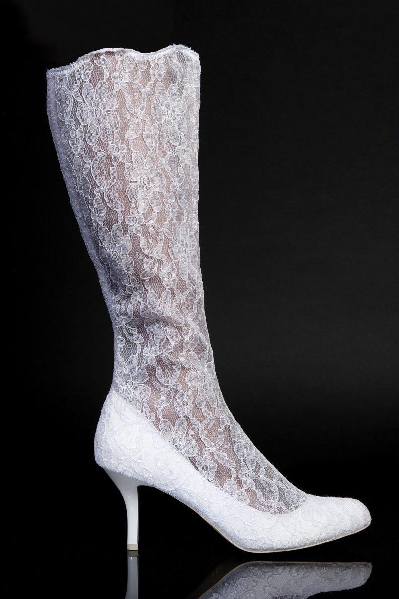 Романтичные свадебные сапоги из кружева на глянцевом каблуке