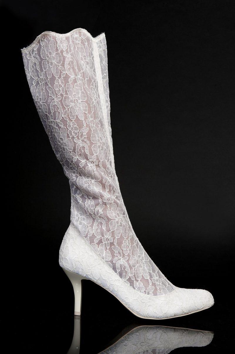 Кружевные свадебные сапожки на глянцевом каблуке цвета айвори