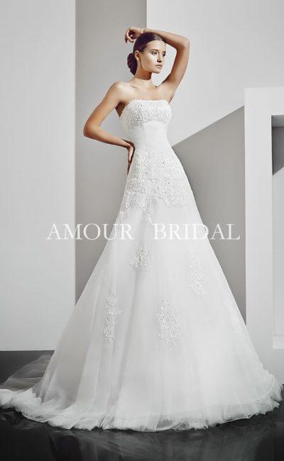 Свадебное платье «принцесса» с открытым кружевным лифом и романтичным декором юбки.