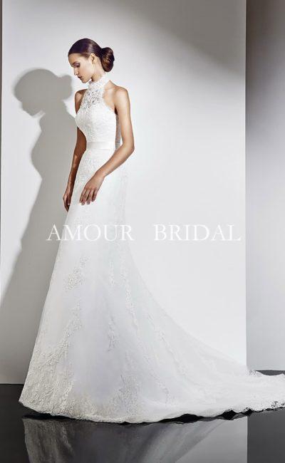 Свадебное платье «трапеция» с американской проймой и плотным кружевным декором.