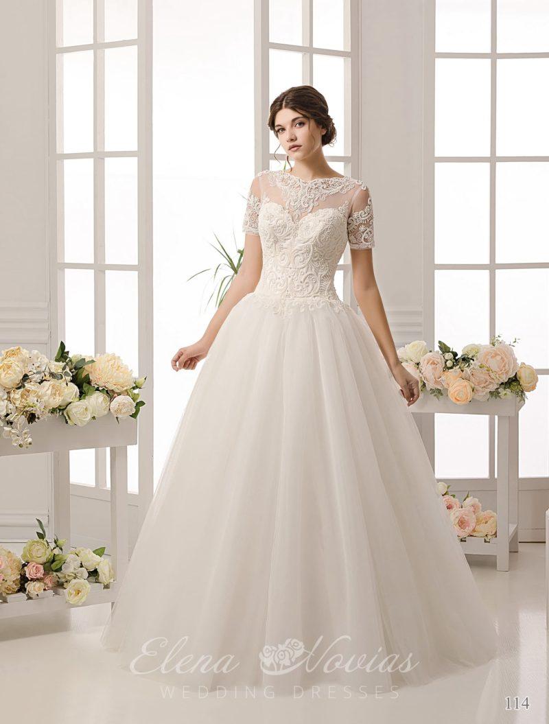 Закрытое свадебное платье с короткими кружевными рукавами и фактурным декором по корсету.