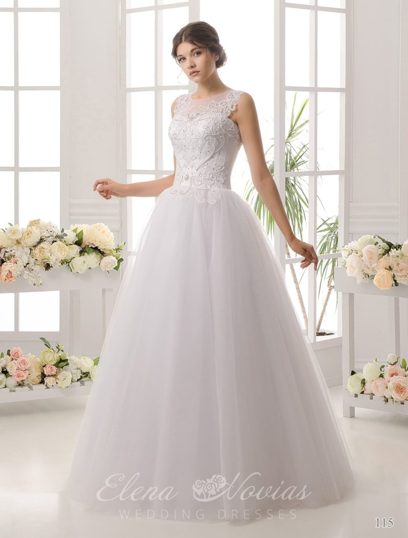 Традиционное свадебное платье торжественного кроя, с открытой спинкой и вышивкой по корсету.