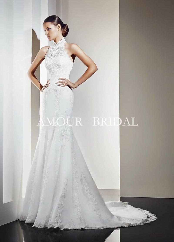 Облегающее свадебное платье с высоким кружевным воротником и небольшим шлейфом сзади.
