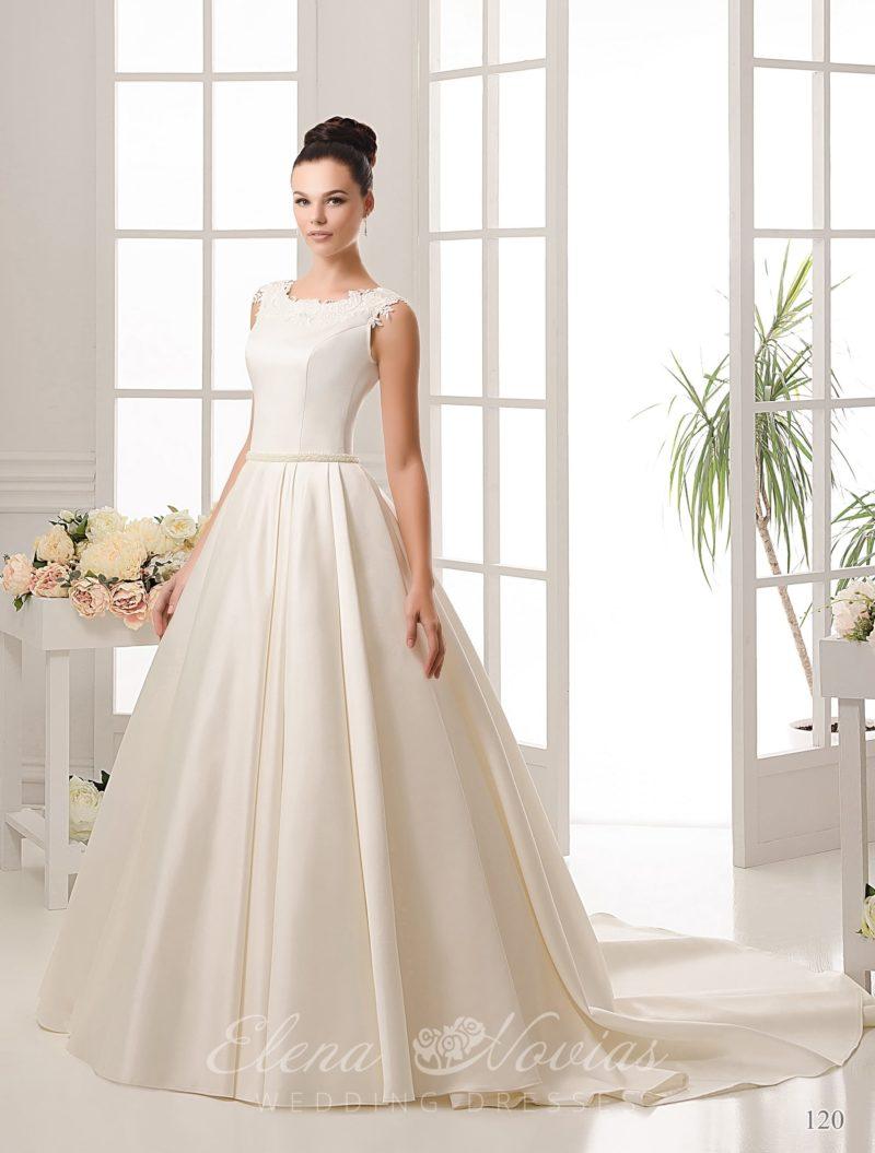 Атласное свадебное платье с длинным шлейфом и изящным узким поясом с бисером.