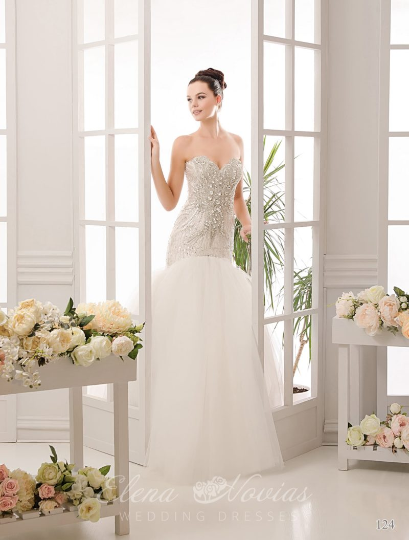 Кокетливое свадебное платье «рыбка» с облегающим корсетом, покрытым стразами.