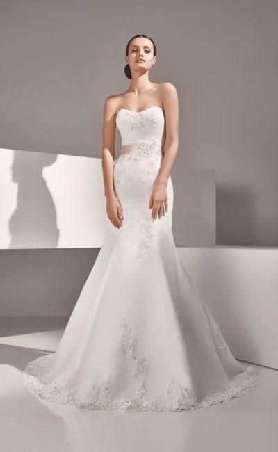 Женственное свадебное платье с вышивкой и розовым поясом из атласа.
