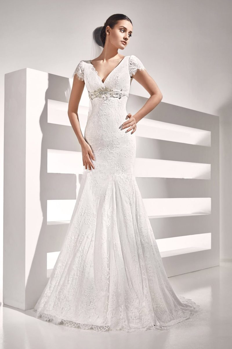 Кружевное свадебное платье «русалка» с коротким рукавом и стильным вырезом.