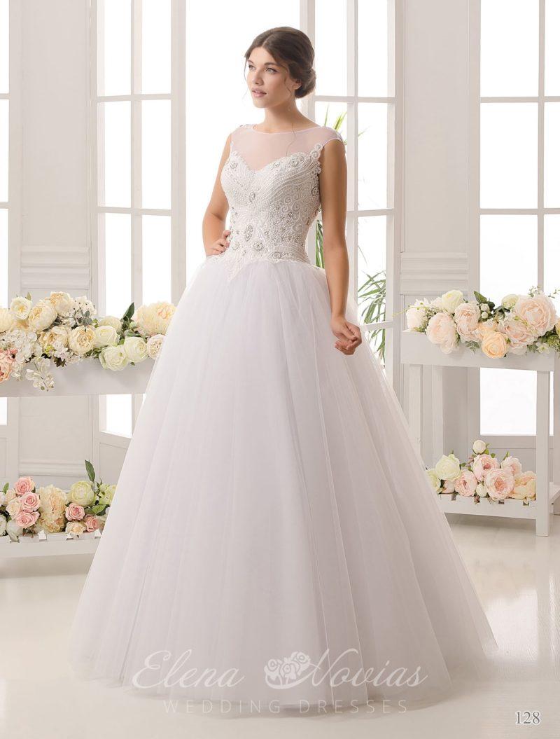 Очаровательное свадебное платье пышного кроя с плотным слоем вышивки по закрытому верху.