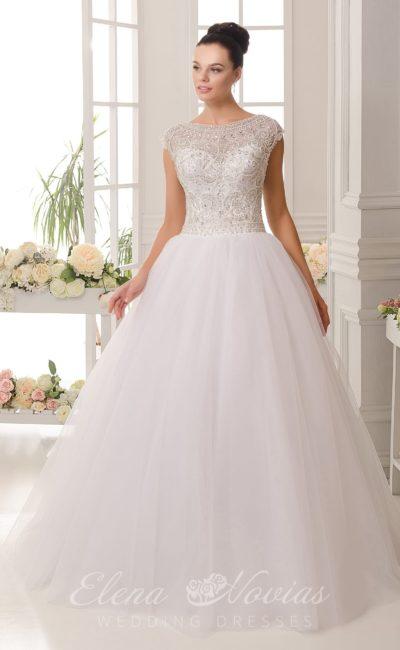 Изысканное свадебное платье с верхом, украшенным бисером, и спинкой с глубоким декольте.