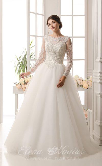 Фактурное свадебное платье с элегантными длинными рукавами, вырезом сзади и пышной юбкой.