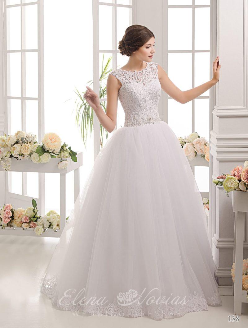 Пышное свадебное платье с закрытым кружевным верхом и фактурным поясом на талии.