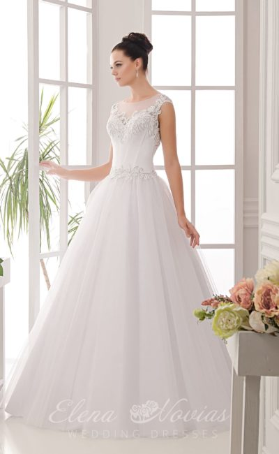 Свадебное платье с многослойной юбкой и вышивкой по лифу облегающего корсета.