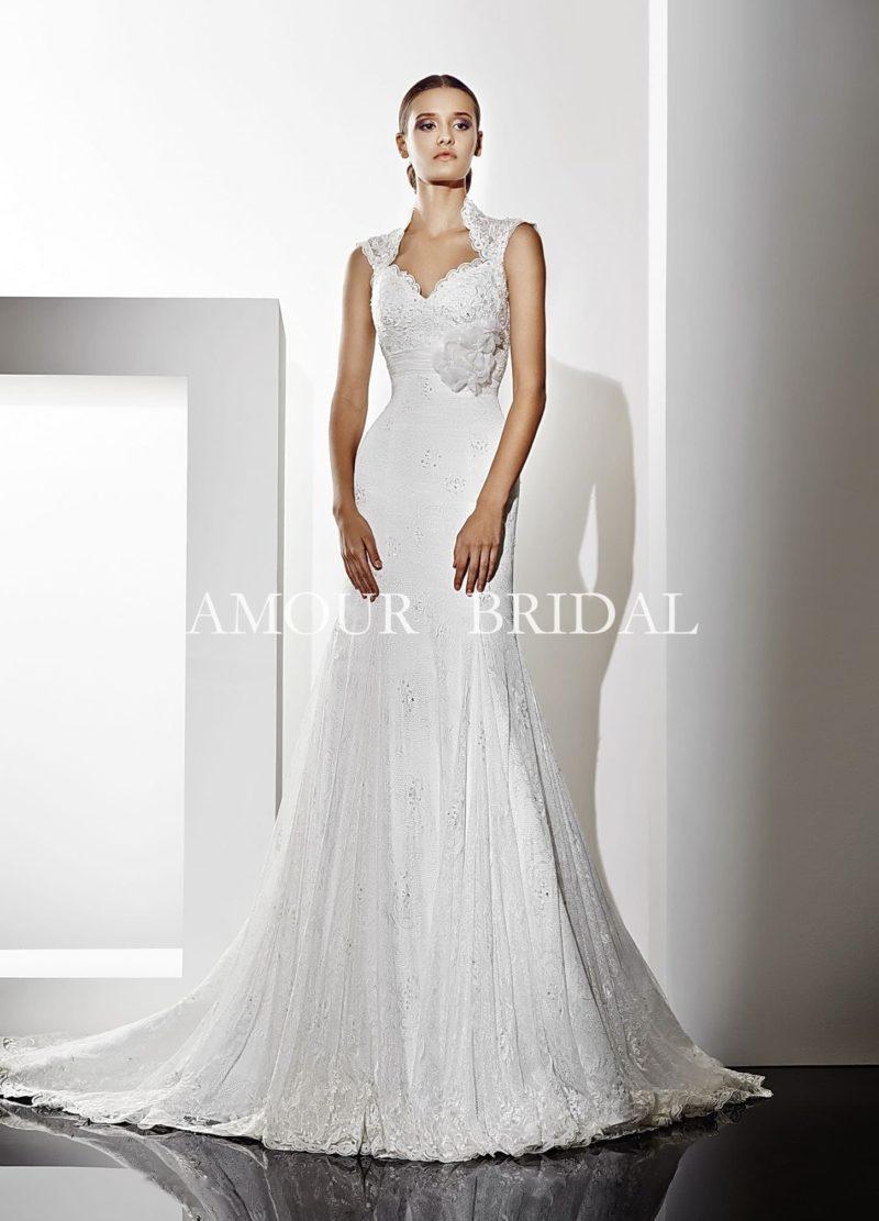 Свадебное платье «рыбка» с оригинальным высоким воротником и открытой вырезом спинкой.