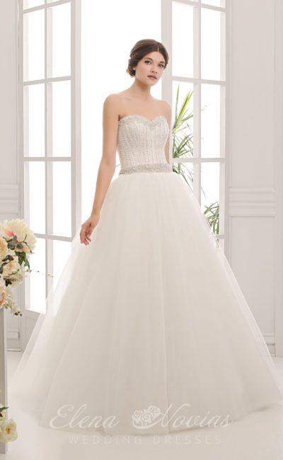 Открытое свадебное платье пышного кроя с атласным корсетом, украшенным бисерной вышивкой.