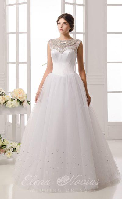 Пышное свадебное платье с сияющей вышивкой над лифом и пайетками по низу подола.