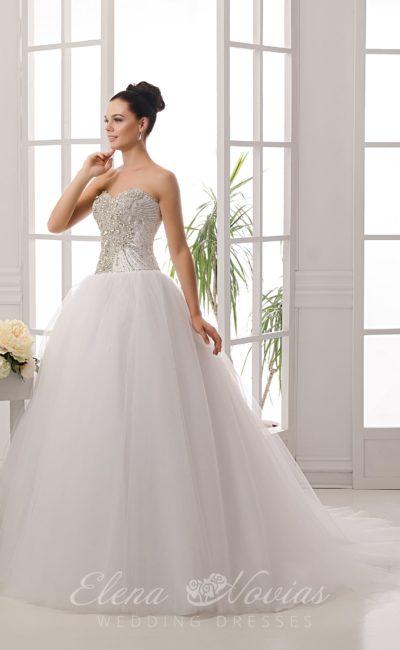 Женственное свадебное платье с открытым корсетом, покрытым плотным слоем бисера.