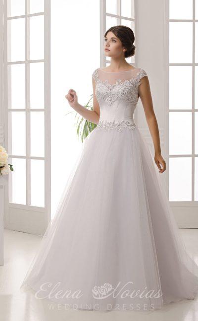Романтичное свадебное платье пышного кроя с открытой спинкой и кружевным декором лифа.