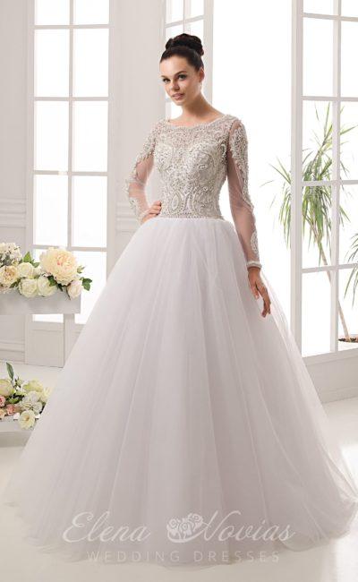 Изысканное свадебное платье с закрытым верхом, полностью покрытым бисерным шитьем.