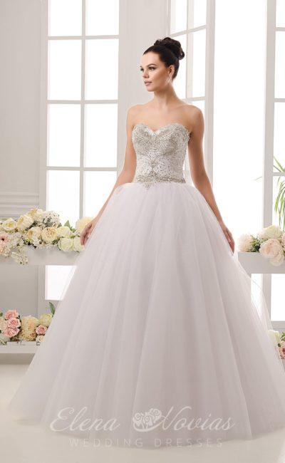 Стильное свадебное платье классического кроя с корсетом, покрытым бисерной вышивкой.