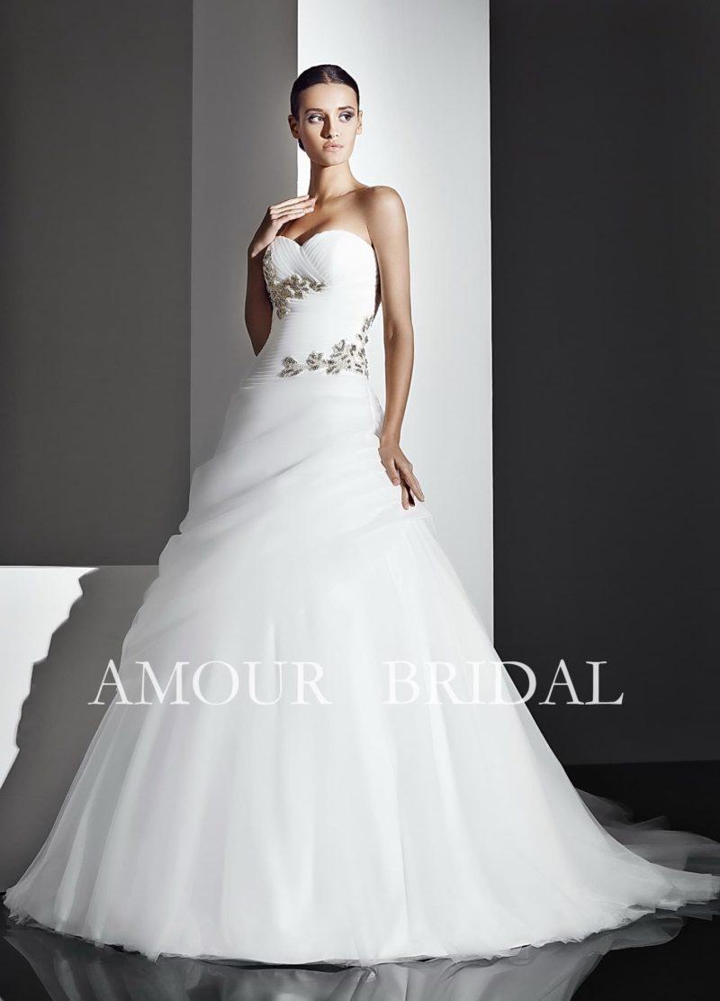 Торжественное свадебное платье с открытым лифом в форме сердца и декором цветными аппликациями.