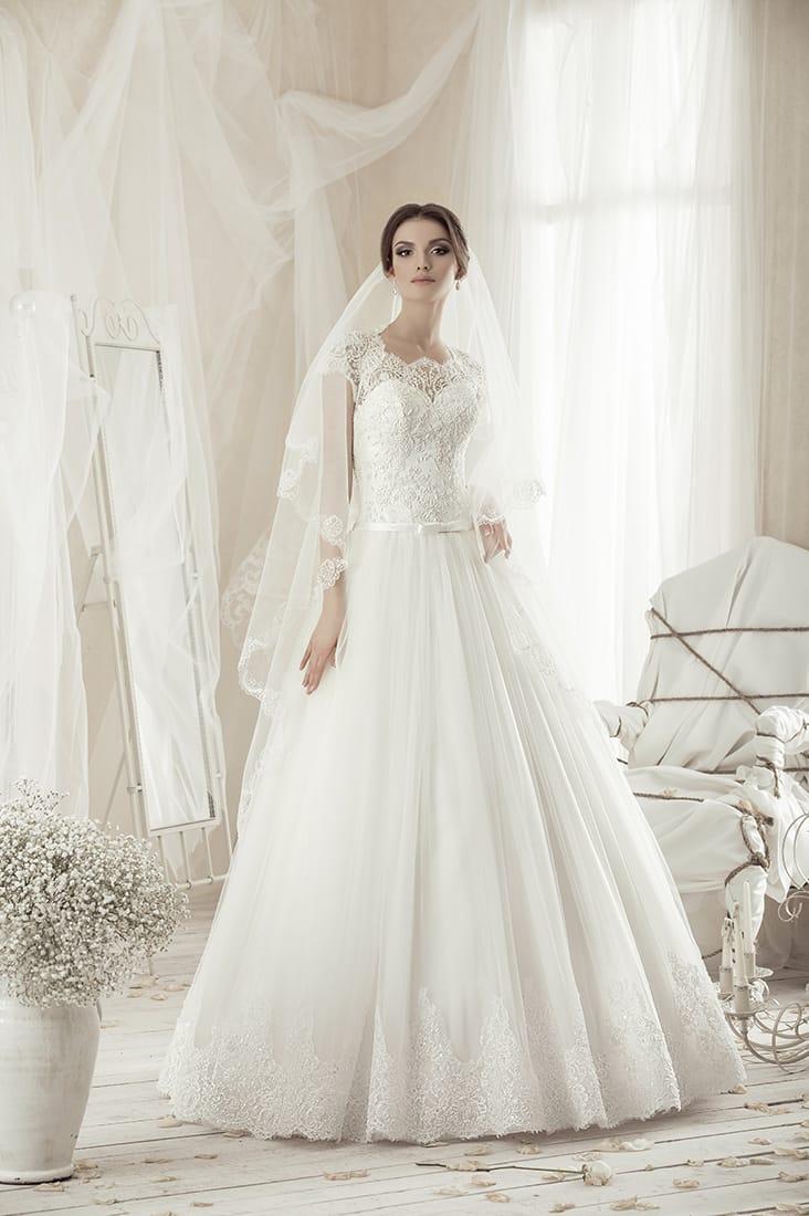 Свадебное платье с фигурным вырезом, узким атласным поясом и многослойной юбкой.