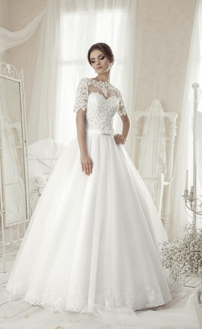 Закрытое свадебное платье с короткими кружевными рукавами и узким поясом на талии.