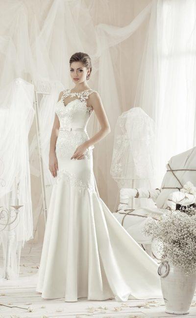 Атласное свадебное платье облегающего кроя, с нежной кружевной отделкой верха.