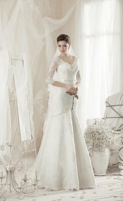 Утонченное свадебное платье с V-образным декольте и длинными кружевными рукавами.