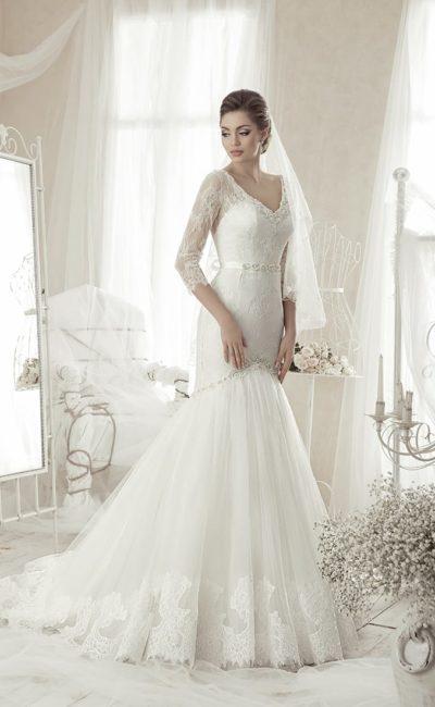 Свадебное платье с потрясающим многослойным шлейфом и V-образным декольте.