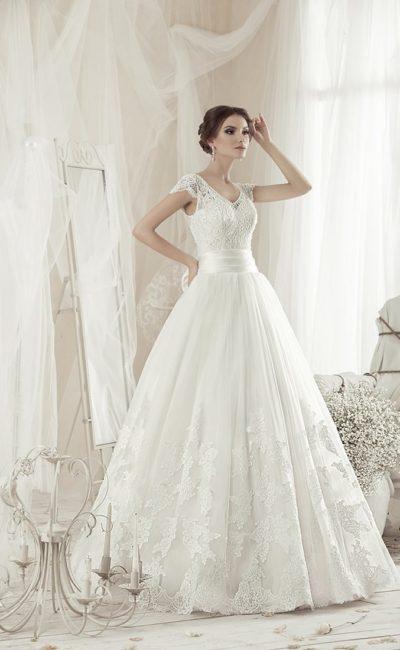 Великолепное свадебное платье с открытой спинкой и широким поясом, украшенным бантом.
