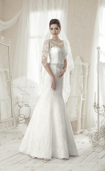 Облегающее свадебное платье с тонкой кружевной отделкой по всей длине.