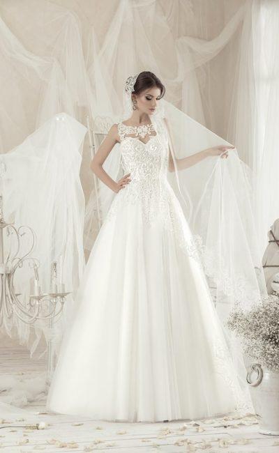 Женственное свадебное платье с кружевными аппликациями по корсету и пышной юбкой.