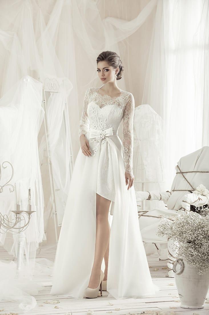 Необычное свадебное платье длиной до середины бедра с пышной верхней юбкой.